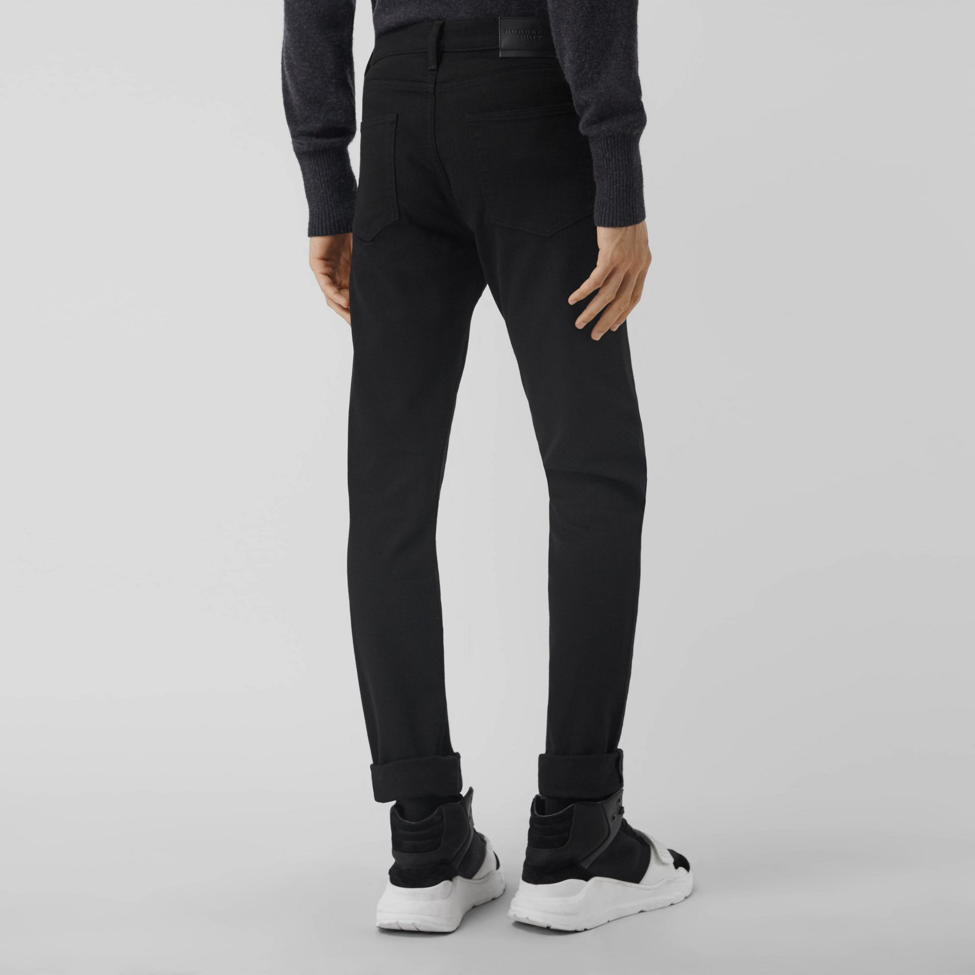 Jean denim extensible de coupe étroite (Noir) - Homme | Burberry - photo de la galerie 2