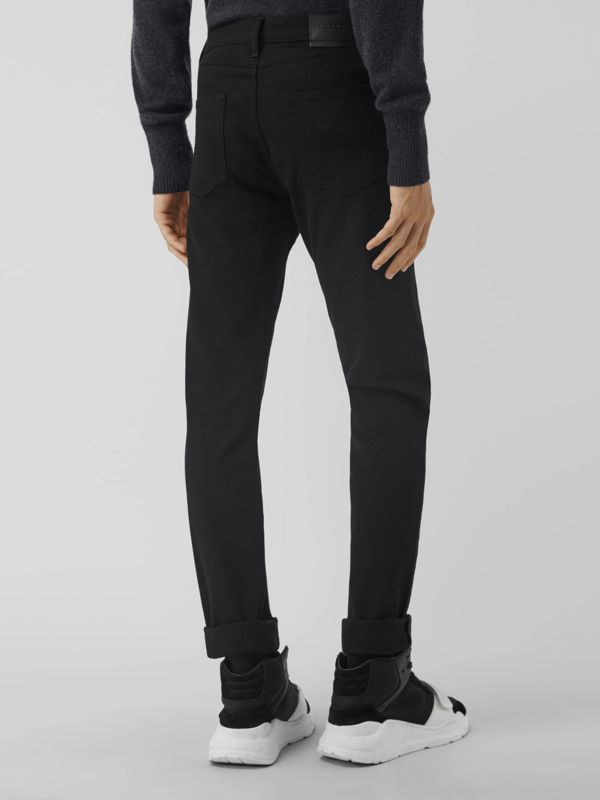 Jean denim extensible de coupe étroite (Noir) - Homme | Burberry - cell image 2