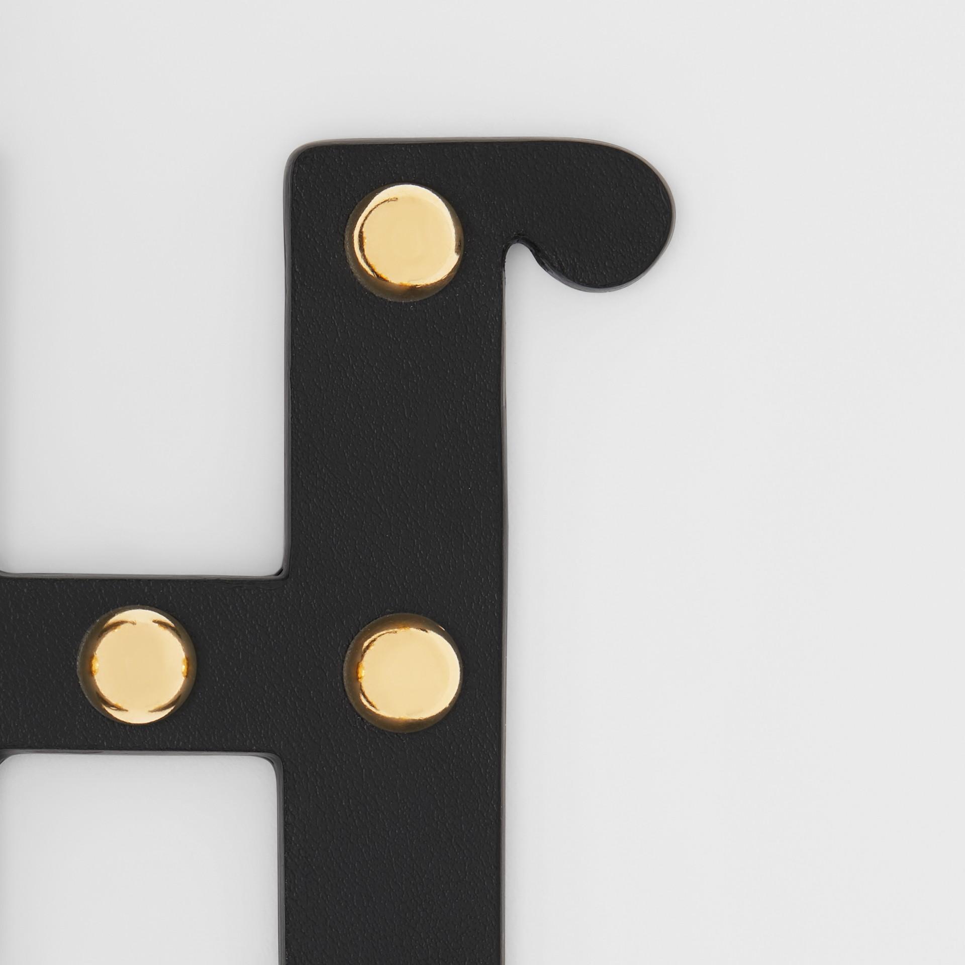 Bijou alphabet «H» en cuir clouté (Noir/or Clair) - Femme | Burberry - photo de la galerie 1
