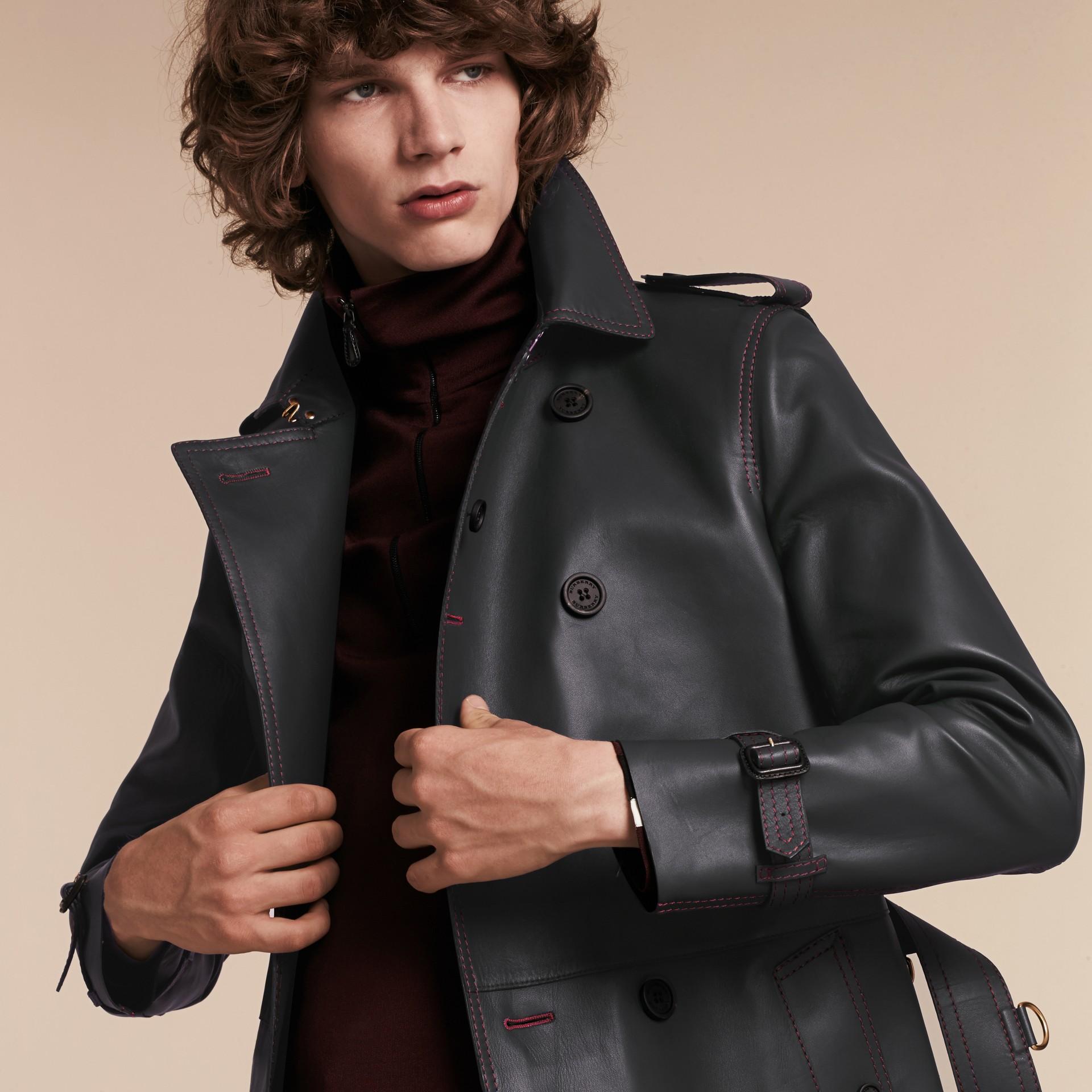 Navy scuro Trench coat in pelle di agnello con impunture militari - immagine della galleria 5