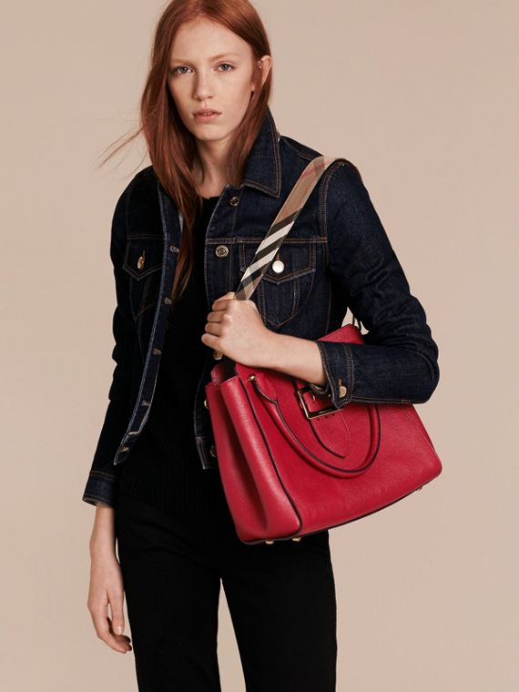 Sac tote The Buckle medium en cuir grainé Rouge Parade - cell image 2