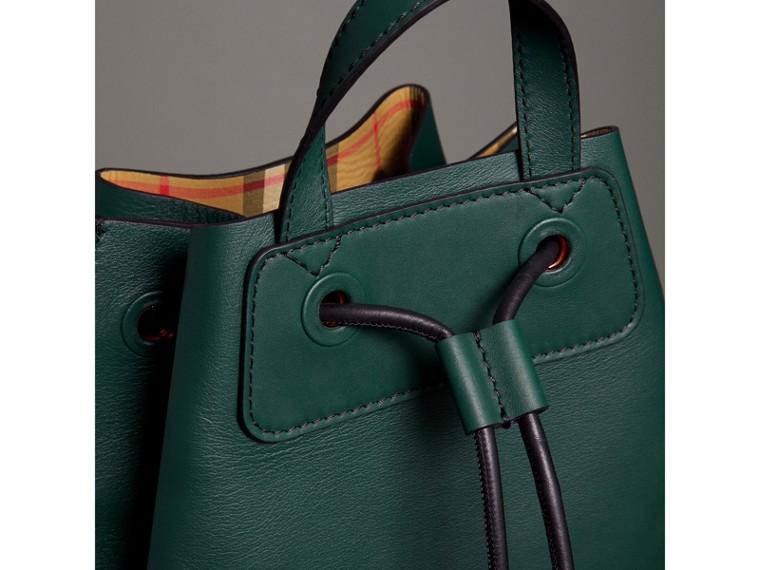 Sac à dos avec cordon de serrage en cuir contrecollé avec imprimé graffiti (Vert Bouteille Intense) - Homme | Burberry - cell image 1