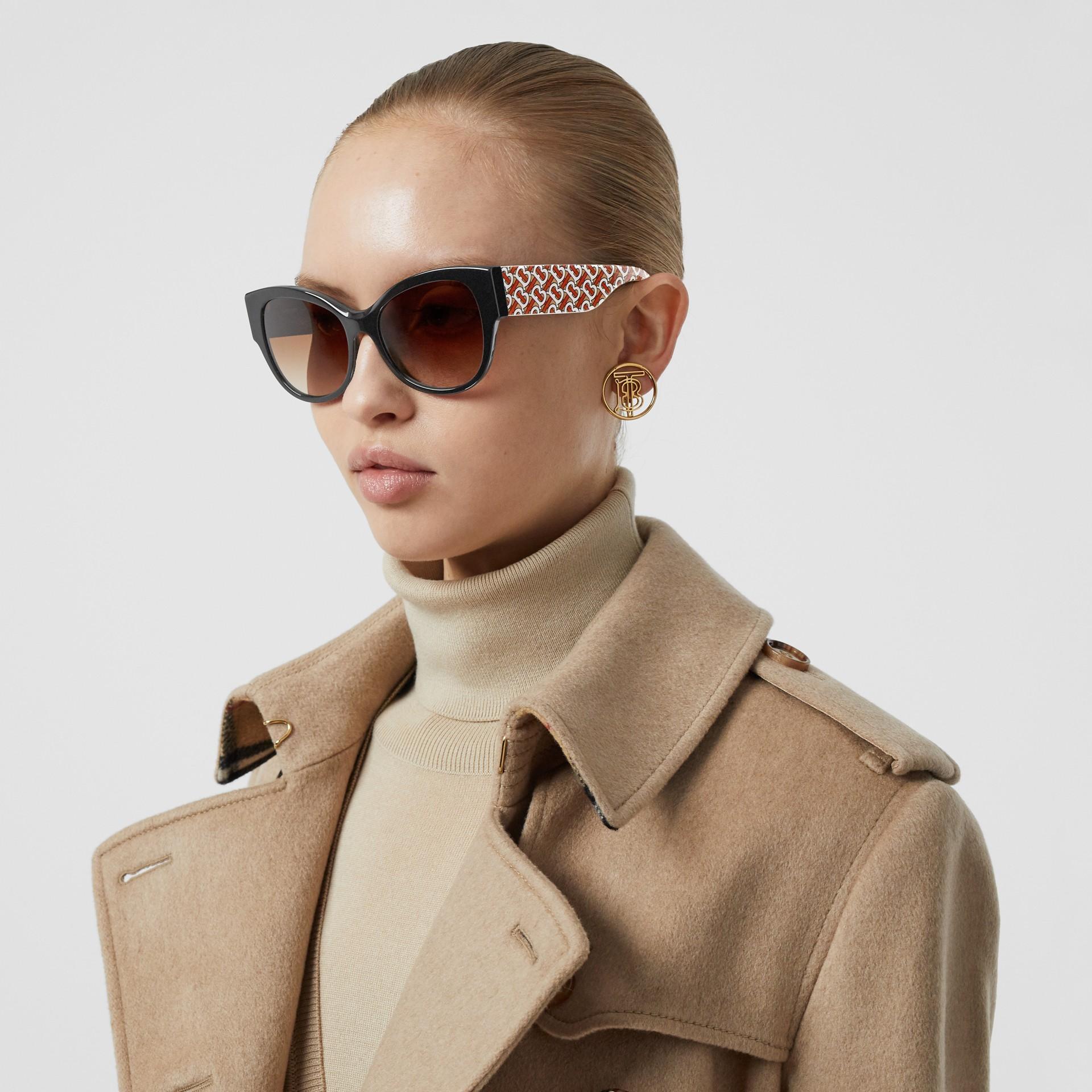 Gafas de sol estilo mariposa con detalle de monograma (Negro / Bermellón) - Mujer | Burberry - imagen de la galería 2
