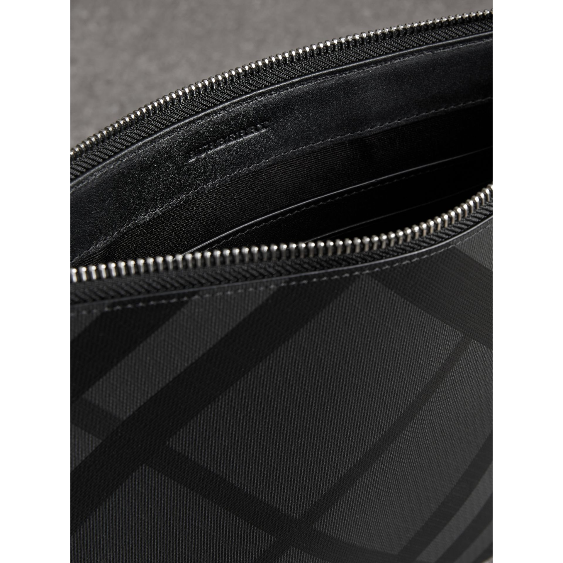 Pochette zippée à motif London check (Anthracite/noir) | Burberry - photo de la galerie 3