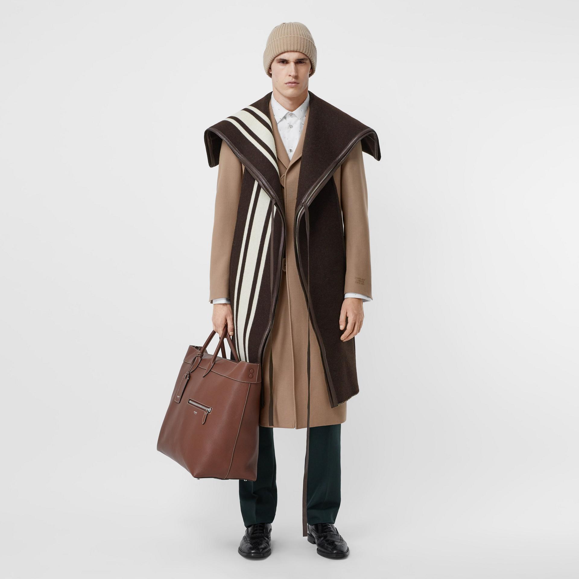 羔羊皮飾帶條紋細節設計羊毛提花披肩 (棕色) - 女款 | Burberry - 圖庫照片 6