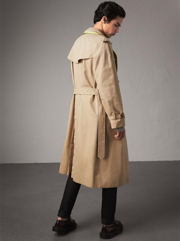 Trench coat de gabardine de algodão com debrum contrastante (Mel) - Homens | Burberry - cell image 2