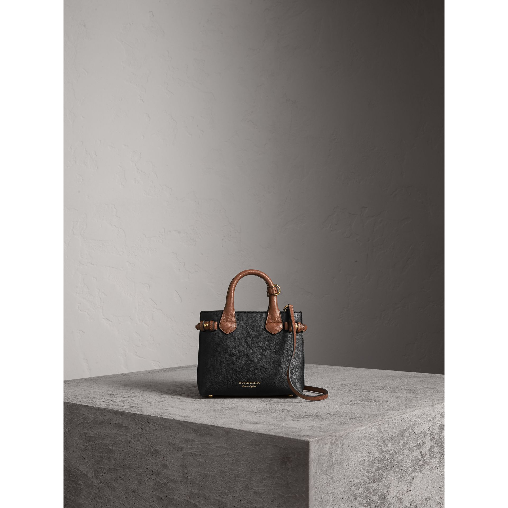 Borsa The Baby Banner in pelle con motivo House check - Donna | Burberry - immagine della galleria 6