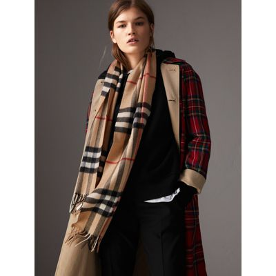 Burberry The Classic Cashmere Scarf in Check Buy Cheap Order Get Authentic Sale Online Footaction Cheap Online Manchester Great Sale Cheap Price Newest Cheap Price LhyHgfjf