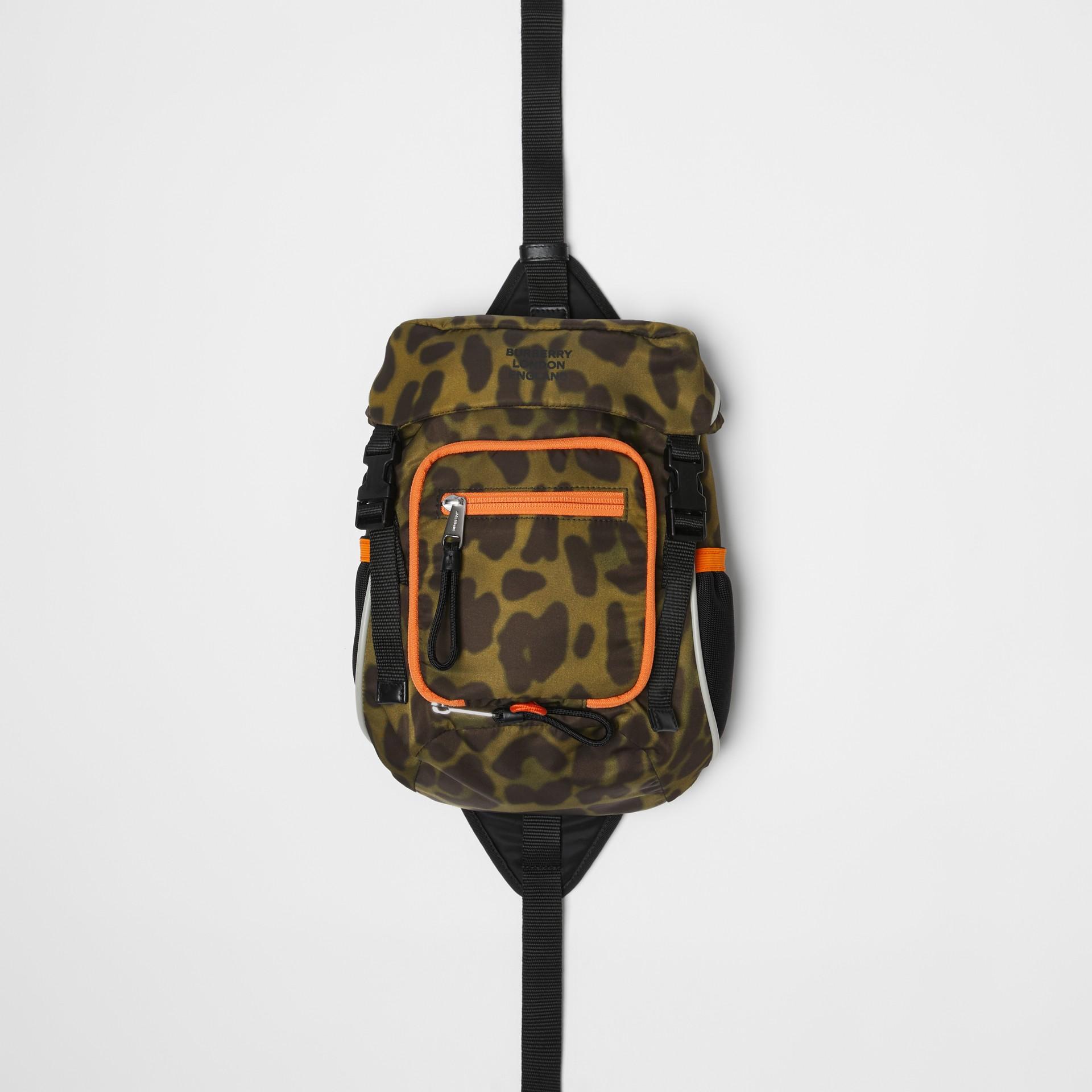 Mochila Leo estilo riñonera en nailon con estampado animal (Verde Claro) | Burberry - imagen de la galería 0