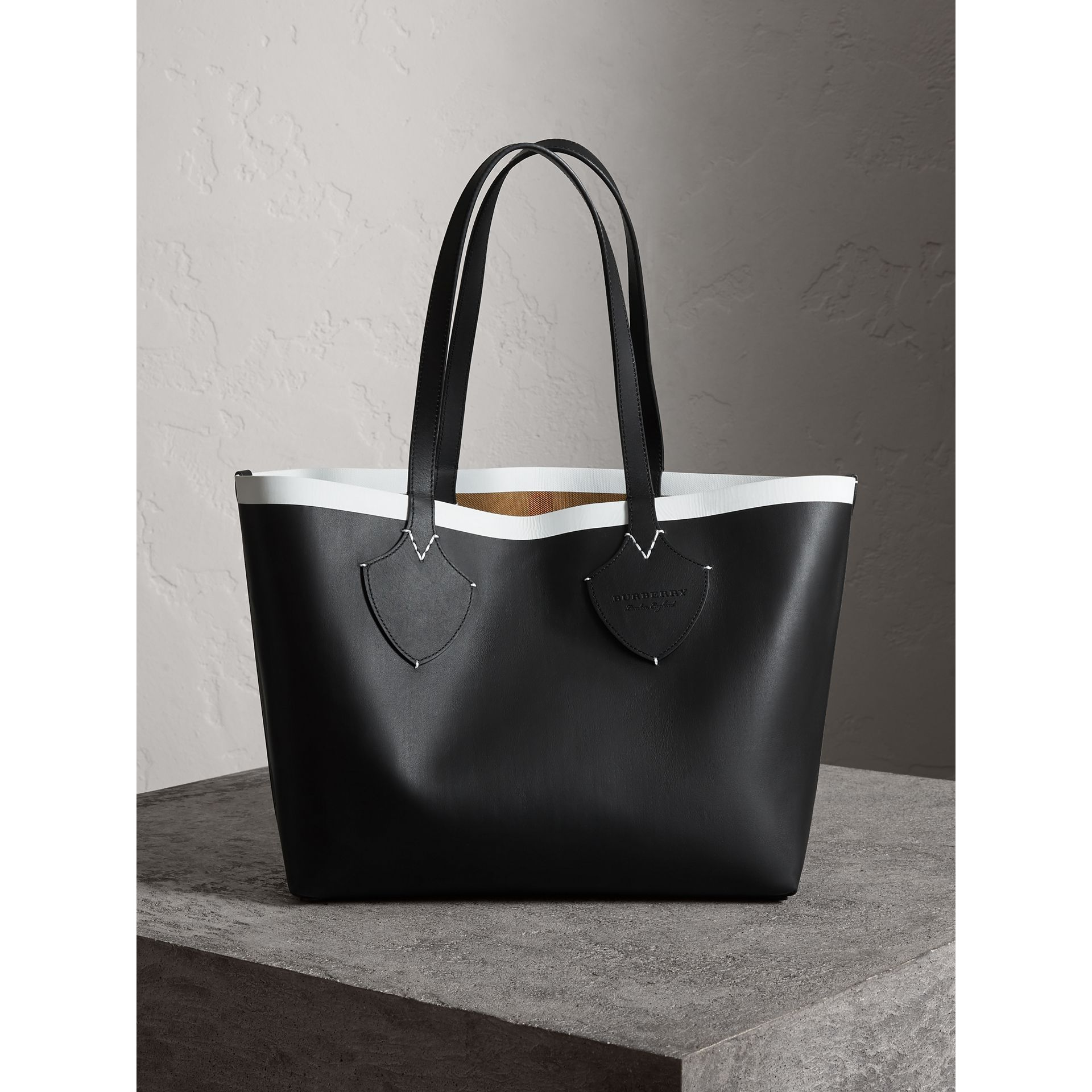 The Medium Giant Reversible Tote in Canvas and Leather in Black/white | Burberry - gallery image 7