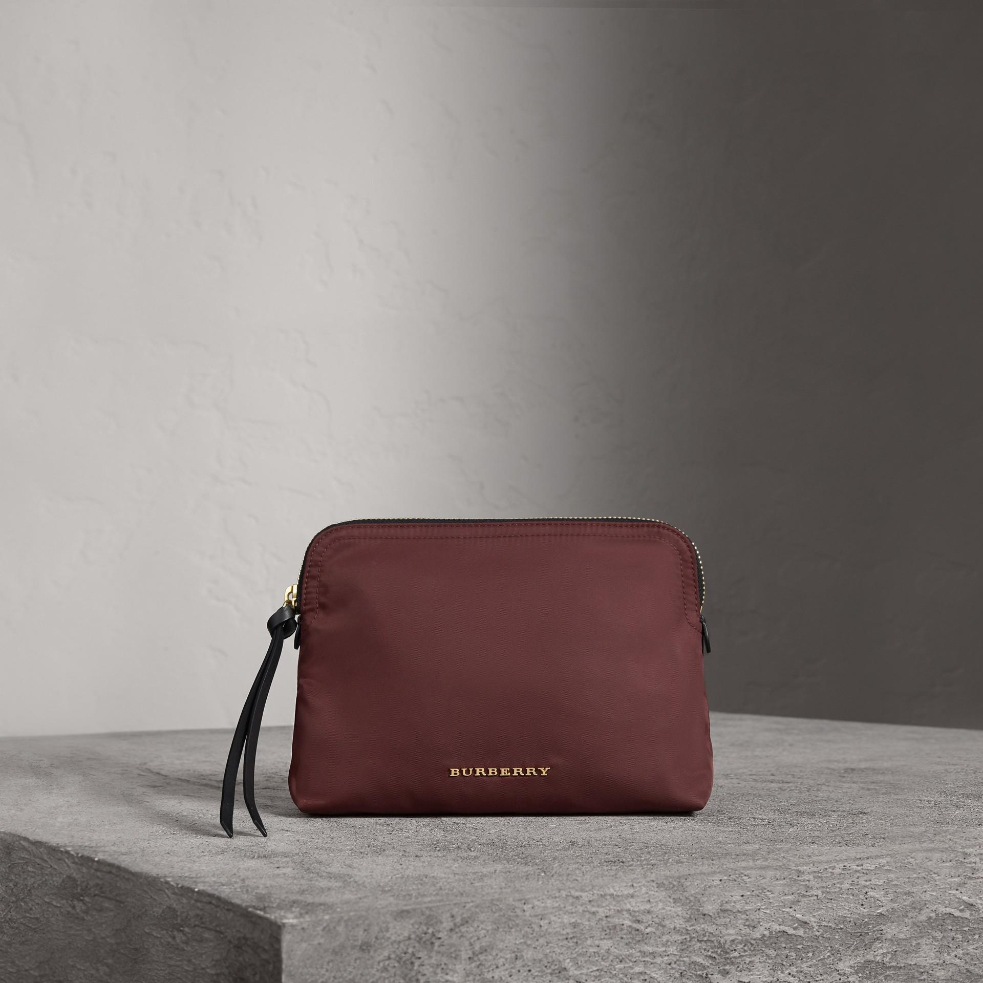Neceser grande en nailon técnico con cremallera superior (Rojo Borgoña) - Mujer | Burberry - imagen de la galería 0