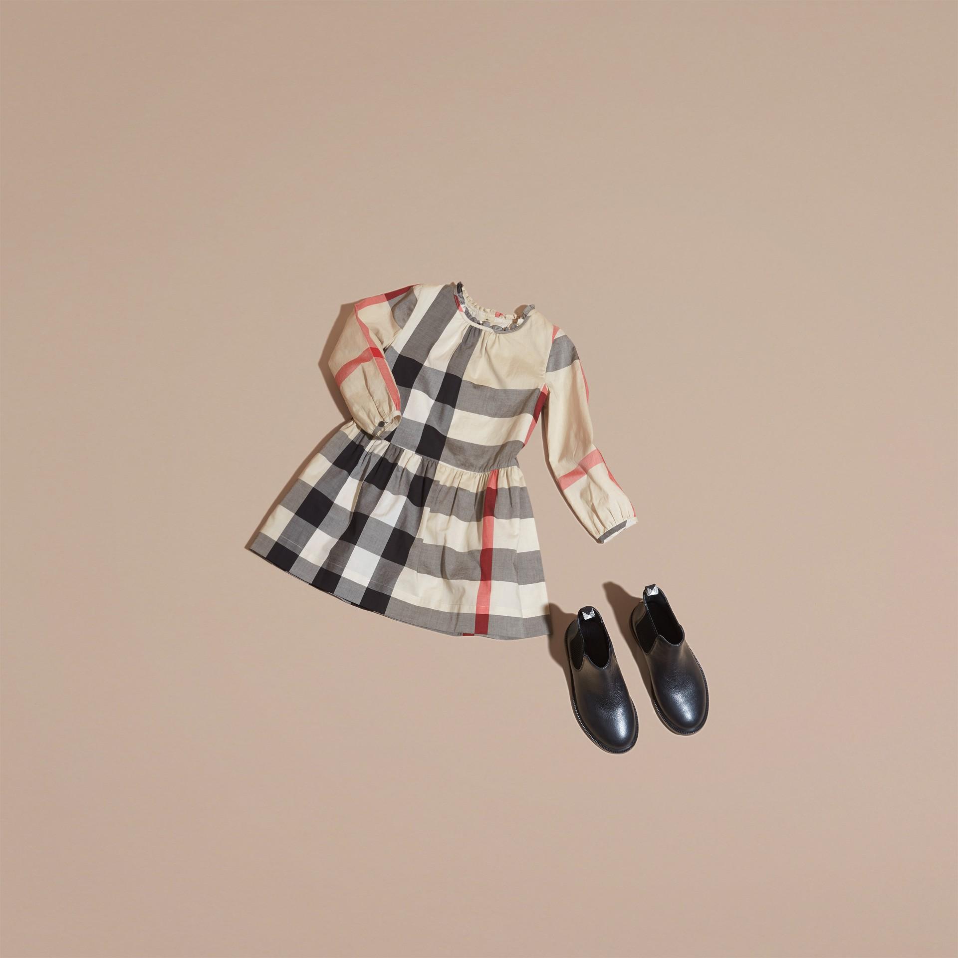 新經典格紋 褶飾細節格紋棉質洋裝 新經典格紋 - 圖庫照片 5