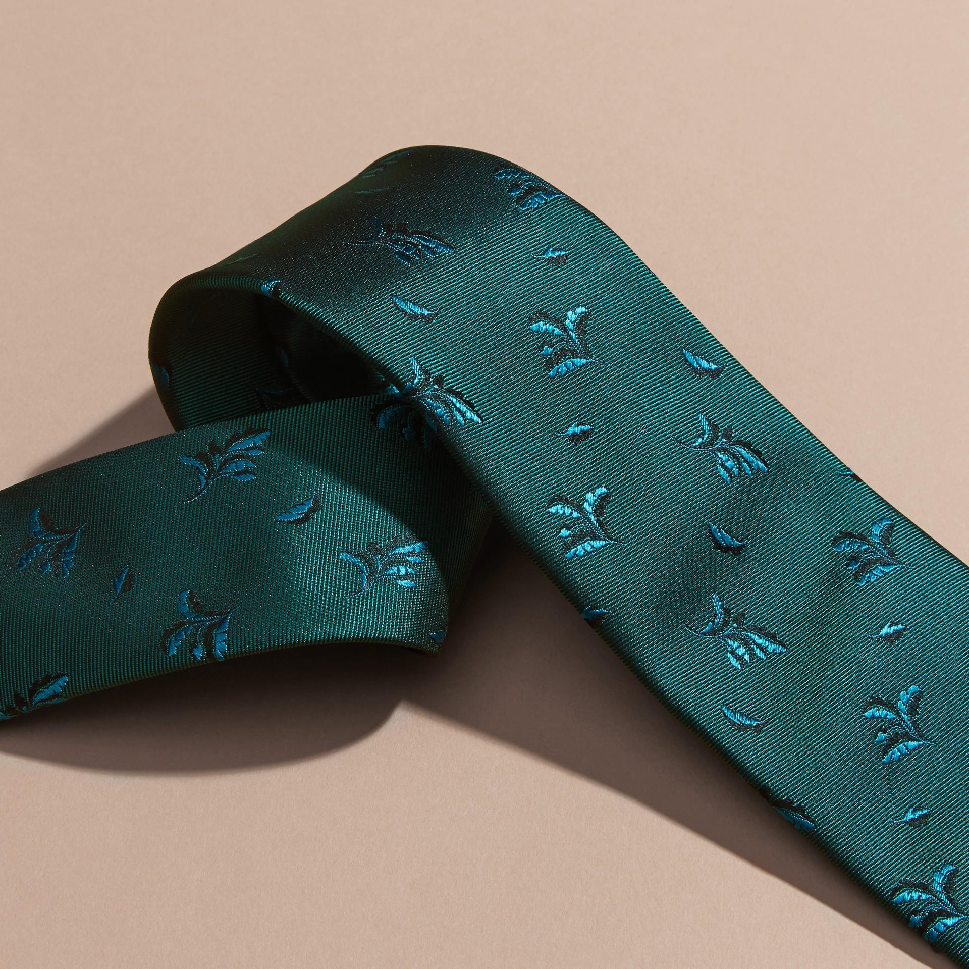 Azulado Corbata de pala moderna en seda con hojas en jacquard Azulado - imagen de la galería 2