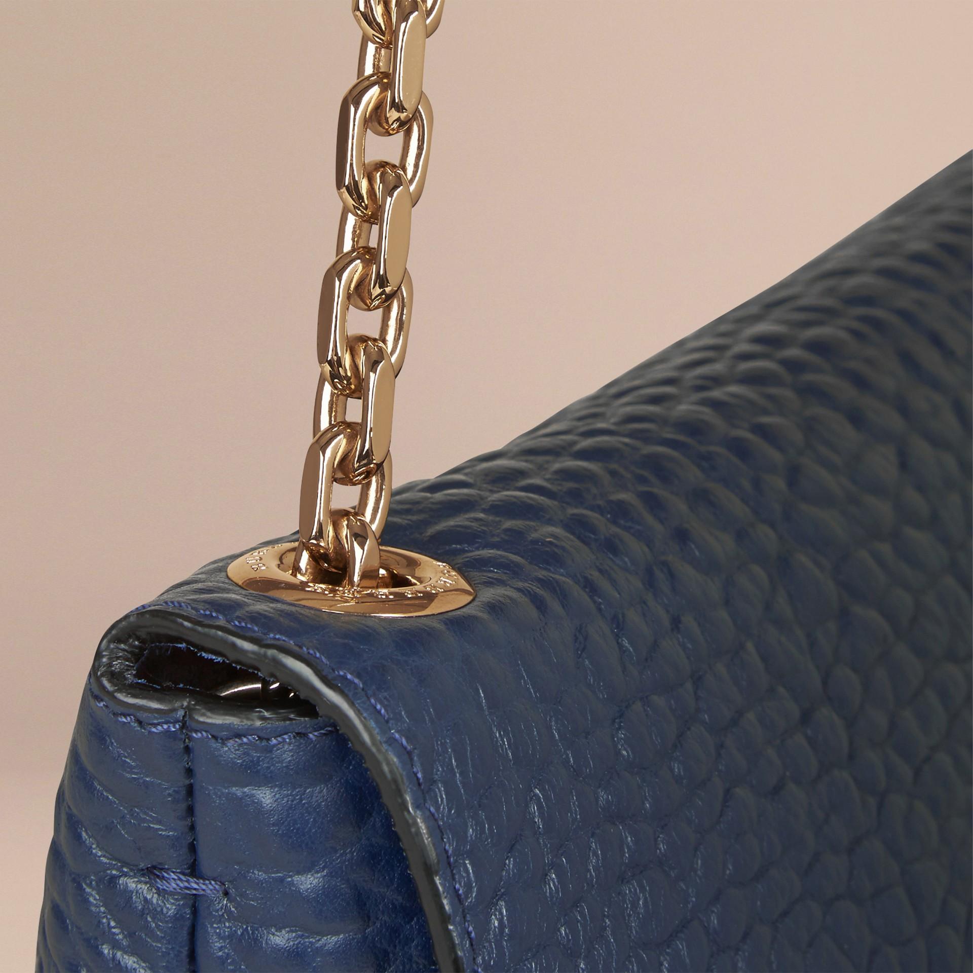 블루 카본 라지 시그니처 그레인 가죽 숄더백 블루 카본 - 갤러리 이미지 6