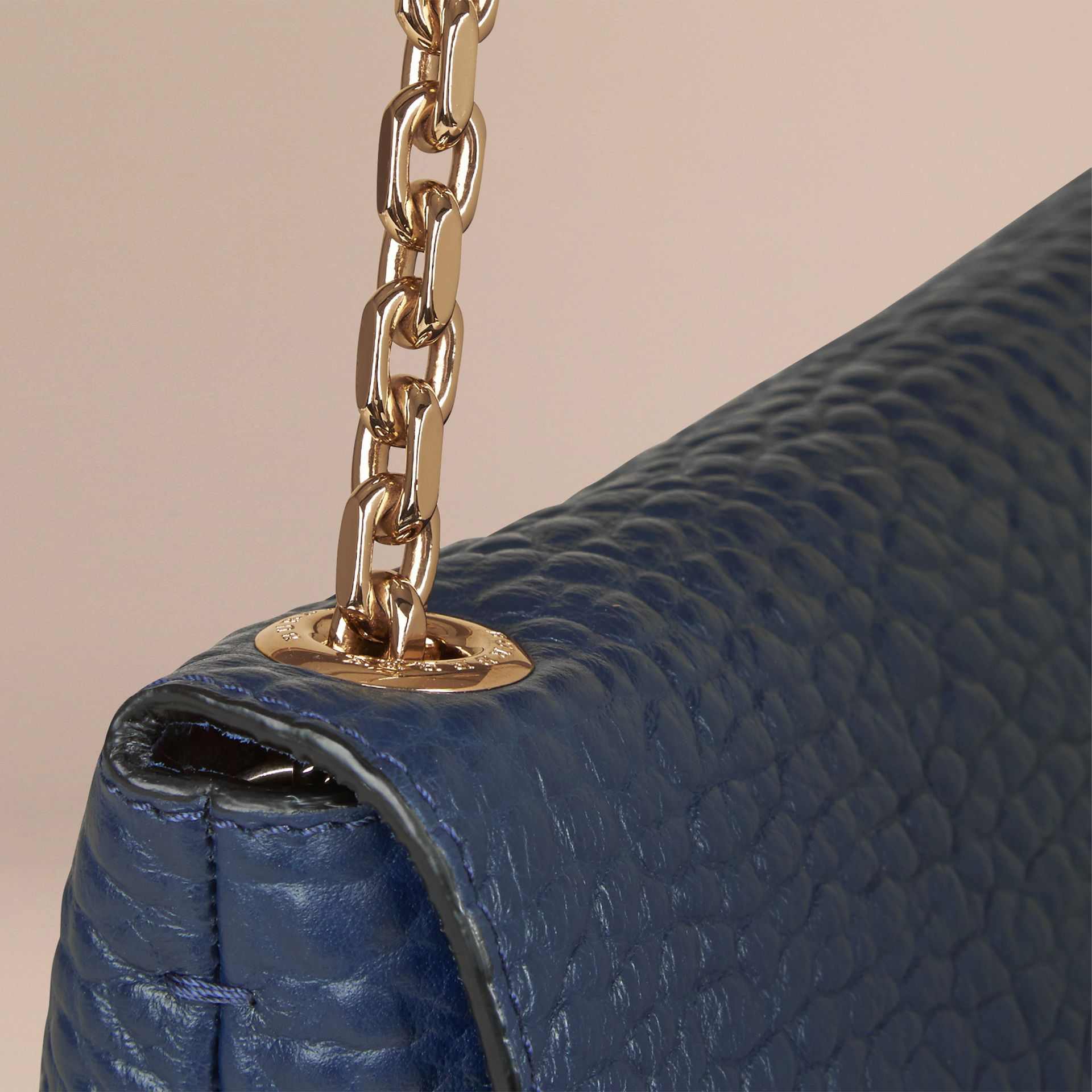 Carbonblau Große Schultertasche aus genarbtem Burberry-Leder Carbonblau - Galerie-Bild 6