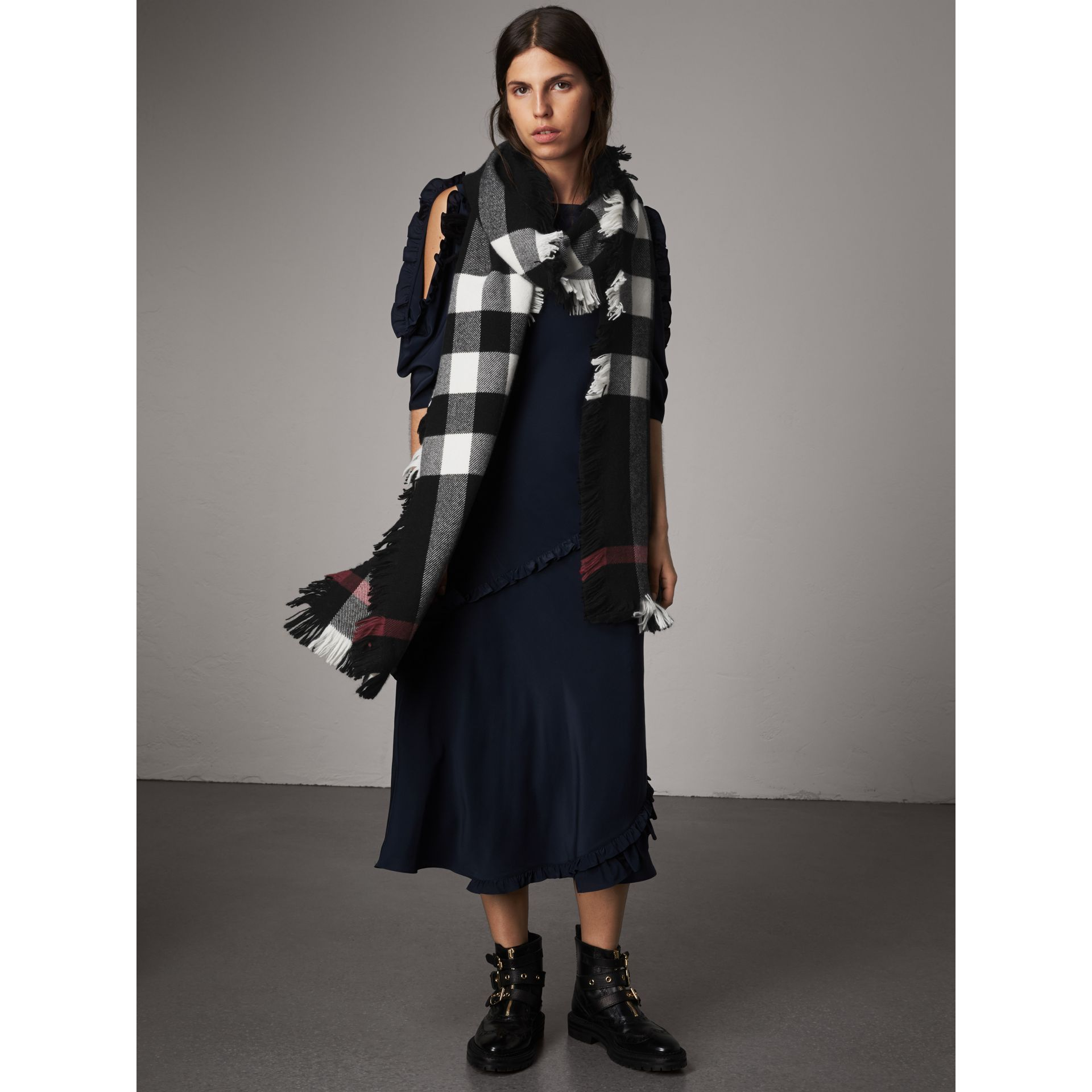 Fringed Check Wool Scarf in Black | Burberry - gallery image 2
